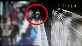 Metro Milano: donna in galleria e 14 feriti per due brusche frenate. Guarda il video