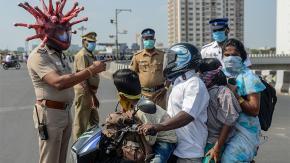 In India esistono poliziotti con tanto di Casco Coronavirus