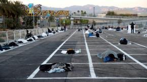 Linee sull'asfalto di un parcheggio per distanziare i senzatetto: la foto indigna il web