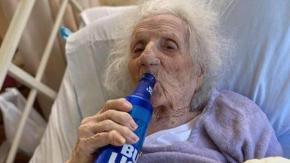 Anziana di 103 anni sconfigge il Covid-19 e brinda con una birra per festeggiare