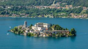 Annulla la vacanza sul Lago d'Orta, ma devolve la cifra in beneficenza