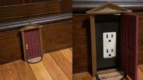 Una donna utilizza le porte delle case delle bambole per coprire le prese elettriche della sua casa