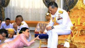 Il re della Thailandia in quarantena in un hotel di lusso (con 20 concubine)