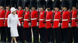 13 guardie della Regina arrestate: sono scappate per partecipare a un rave party
