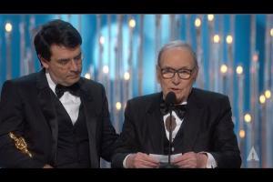 """Quando Ennio Morricone vinse l'Oscar nel 2016 e commosse tutti: """"Lo dedico a mia moglie Maria"""""""