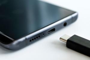 L'UE vuole proporre un caricabatterie universale per favorire i consumatori ed evitare gli sprechi