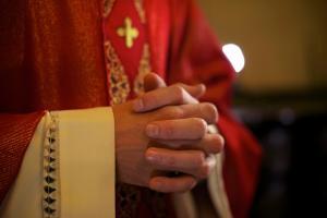 Vescovo innamorato di una scrittrice di romanzi erotici lascia la Diocesi