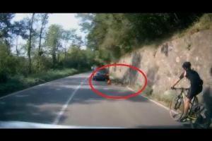 Varese: auto sperona il ciclista ma le telecamere riprendono tutto
