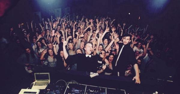 """Il DJ """"trolla"""" il pubblico durante uno show"""