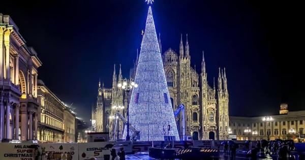 Albero Di Natale Milan.Milano In Piazza Duomo Arriva Lo Splendido Albero Di Natale Fatto Di Luci Radio 105