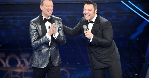 Tiziano Ferro si commuove cantando Almeno tu nell'universo a Sanremo 2020