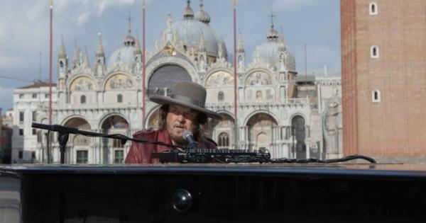 Zucchero gira il video dell'inedito Amore adesso! in una deserta piazza San Marco