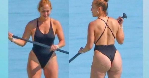 Jennifer Lopez attaccata dagli haters per le foto al mare con la cellulite, ma i fan la difendono