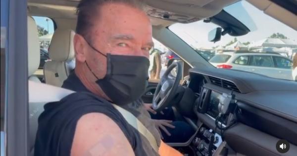 Arnold Schwarzenegger si fa vaccinare e posta un appello invitando i fan ad imitarlo