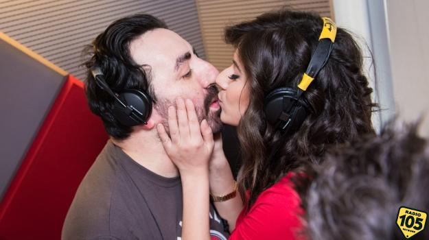 Il bacio tra Squalo e Ines Strocchia ne Lo Zoo di 105