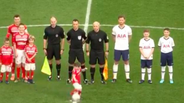 Stadio in delirio per il gol di un bimbo prima della partita del  Tottenham