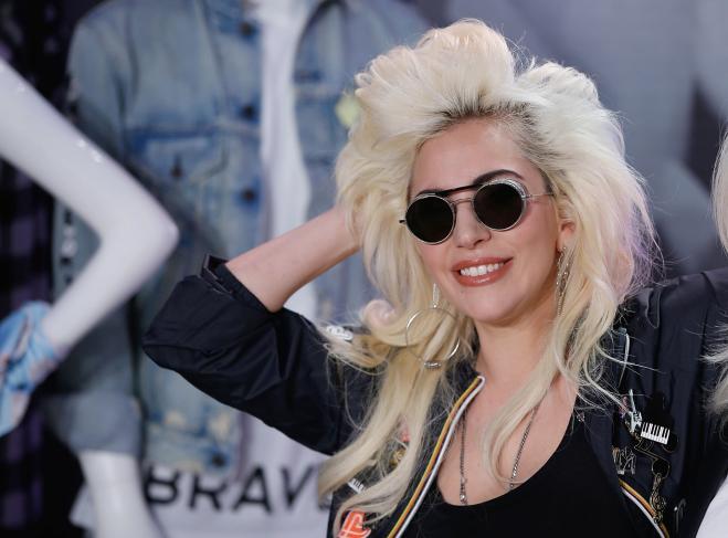 Lady Gaga, short e capelli raccolti: video di