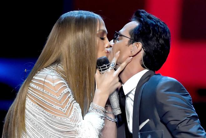 Jennifer Lopez bacia Marc Anthony ai Latin Grammy Awards