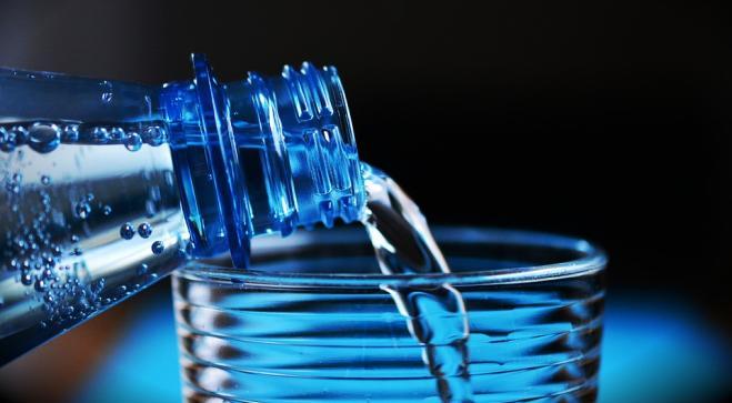 Bere due bicchieri d'acqua aiuta a superare lo stress mentale. Lo dice la scienza