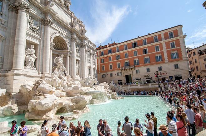 Turista fa il bagno nella Fontana di Trevi