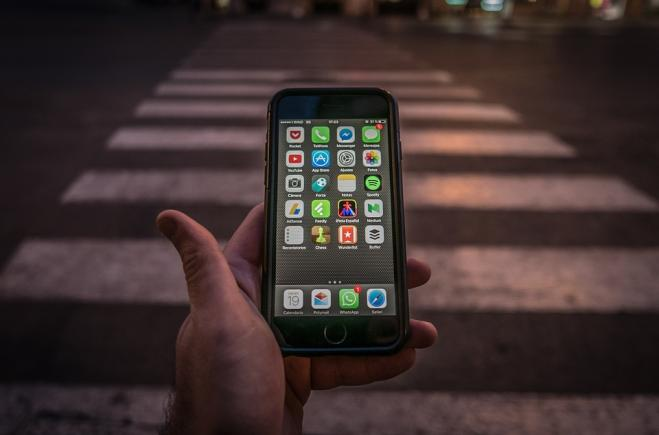 Honolulu, vietato guardare il cellulare mentre si attraversa la strada