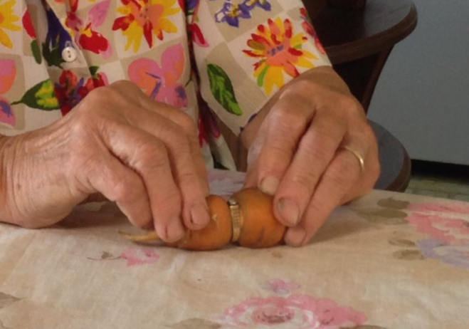 Perde l'anello in giardino lo ritrova 13 anni dopo in una carota
