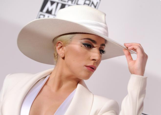 Lady Gaga sta ancora male: rinviato al 2018 il tour europeo