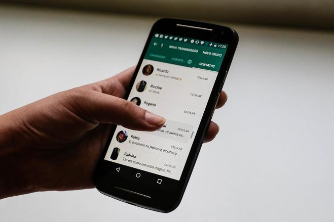 Viareggio, invia un video hot per errore sul gruppo Whatsapp della scuola