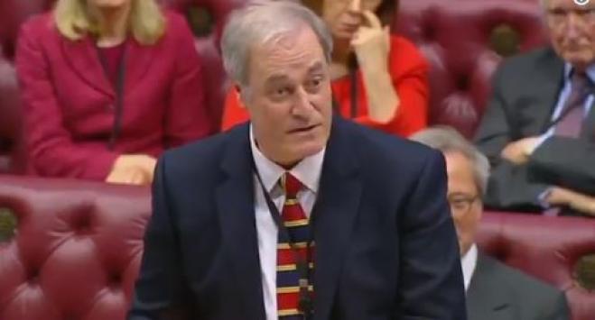 Arriva in Aula con 2 minuti di ritardo: ministro britannico si dimette