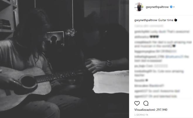 Chris e Apple Martin, una chitarra per due