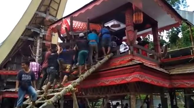 Un uomo muore schiacciato dalla bara dalla madre durante il funerale