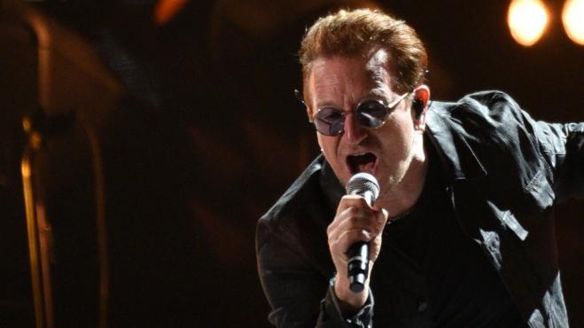 U2, Bono Vox suona in strada per i senzatetto di Dublino