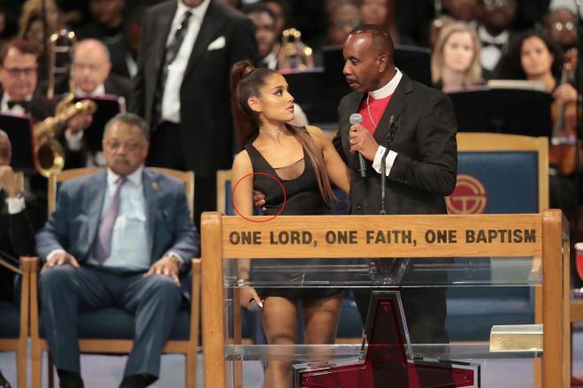 Il pastore Ellis si scusa: forse troppo amichevole vero Ariana Grande