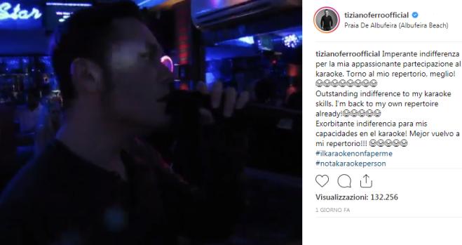 Tiziano Ferro improvvisa un karaoke in Portogallo, ma nessuno lo conosce