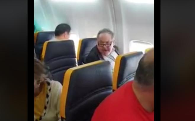 Passeggero insulta donna di colore su un volo Ryanair