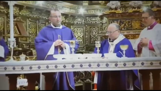 Whisky al posto del vino per l'arcivescovo di Malta: imbarazzo a messa