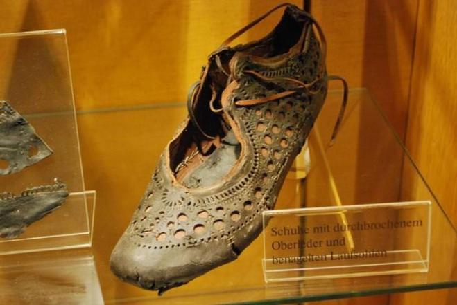the latest 3d9d9 7e55b bellissima scarpa romana del 90 d.C. ritrovata in un pozzo ...