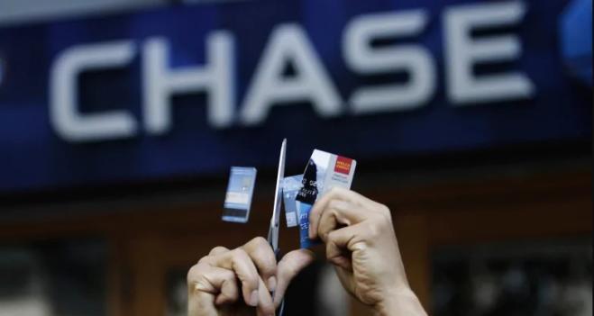 JPMorgan cancella il debito delle carte di credito di milioni di clienti
