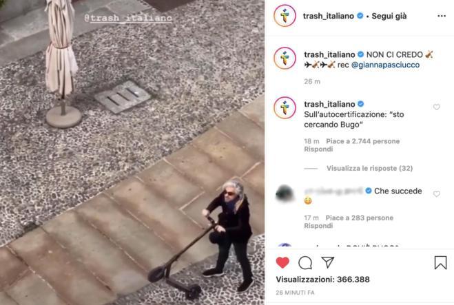 Morgan in monopattino per strada: la gente dai balconi lo sfida