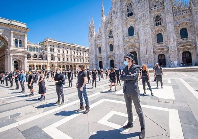 Flash mob degli artisti per protesta in piazza Duomo