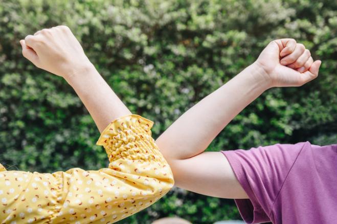 Il saluto col gomito non è sicuro l'OMS mette in guardia