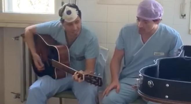 Due medici suonano in acustico
