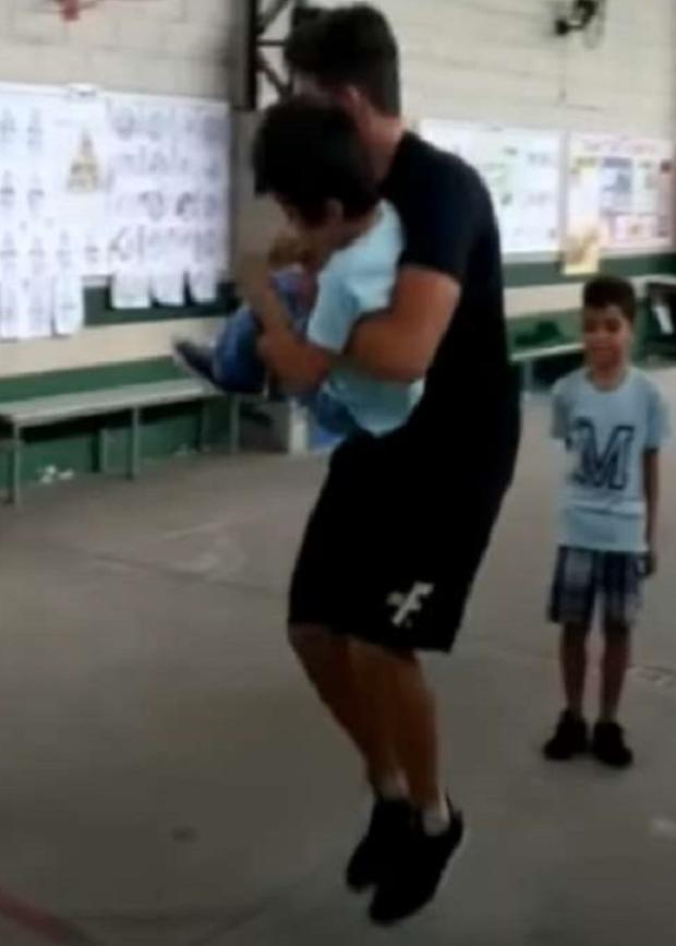 Credits: https://www.greenme.it/vivere/speciale-bambini/studente-sedia-rotelle-insegnante-salto-corda/